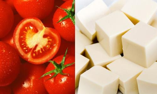 Đậu phụ và cà chua là 2 nguyên liệu chính của món ăn này